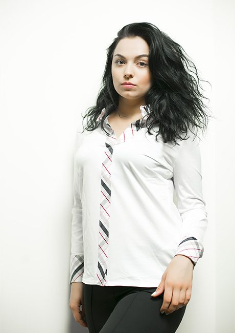 Белая блузка с рисунком на манжетах и воротнике 95% хлопок 5% эластан
