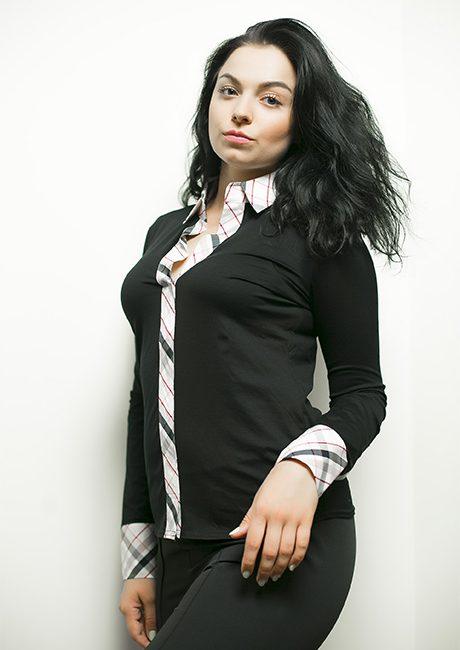 Черная блузка с рисунком на манжетах и воротнике 95% хлопок 5% эластан